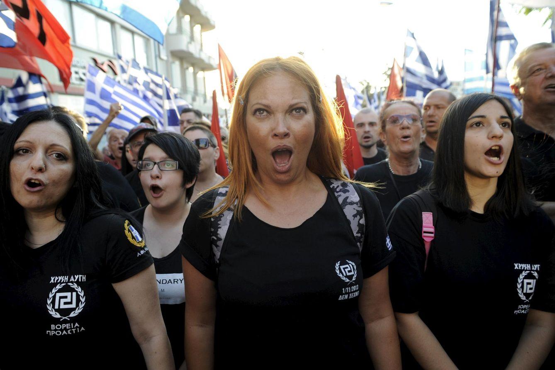 Foto: Seguidores del partido Amanecer Dorado gritan consignas durante un acto electoral ante su sede en Atenas, el 16 de septiembre de 2015. (Reuters)