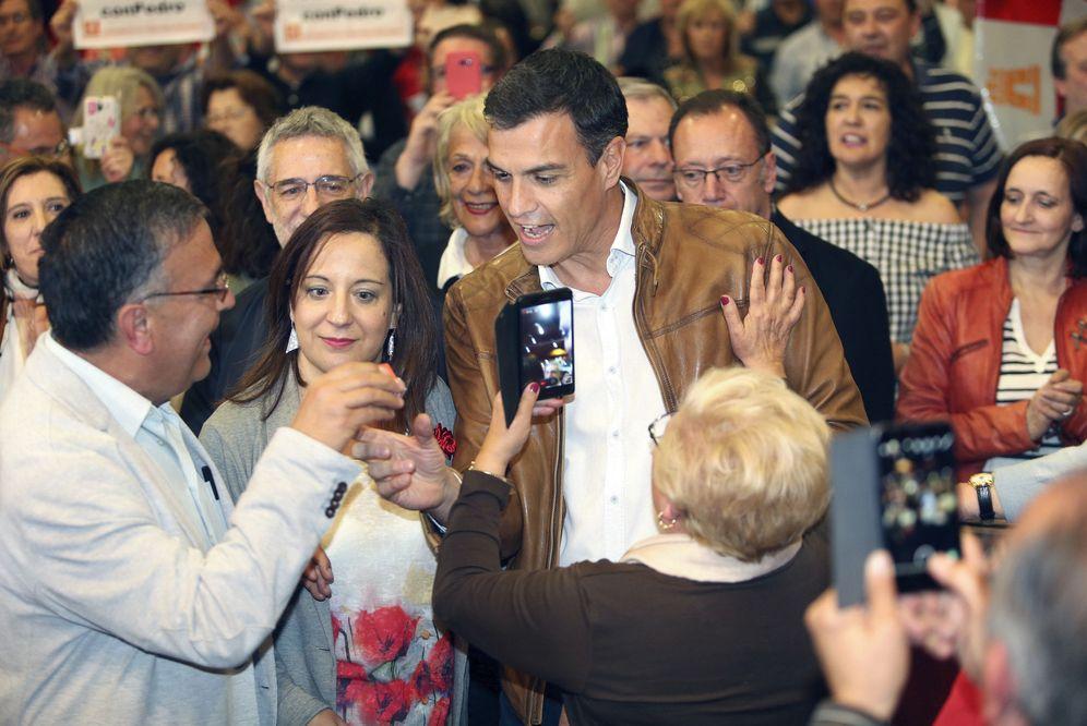 Foto: Pedro Sánchez, el pasado 6 de abril durante un acto con militantes en Salamanca, al lado de la eurodiputada Iratxe García. (EFE)