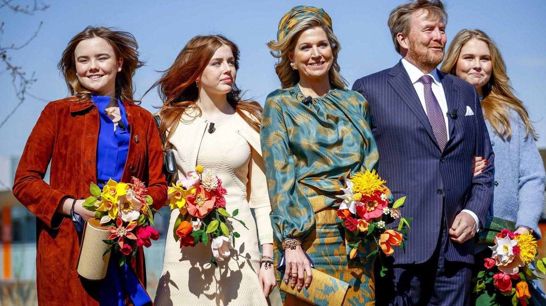 Los reyes con sus tres hijas. (Efe)