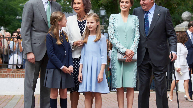 Felipe VI y Letizia, junto a sus hijas, Leonor y Sofía, y los Reyes eméritos. (Limited Pictures)