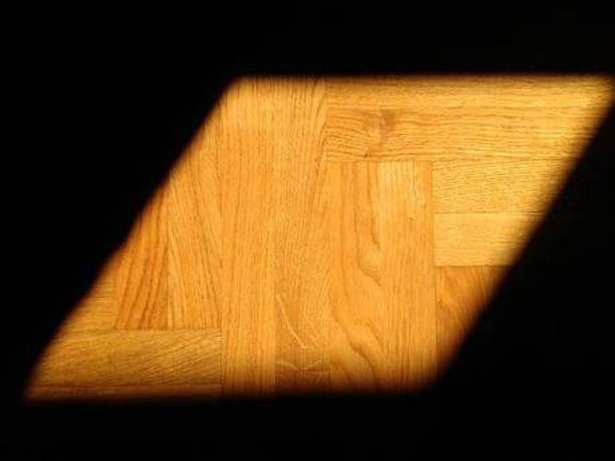 Foto: Un rayo de sol incide sobre un suelo de parqué. (Pixnio)