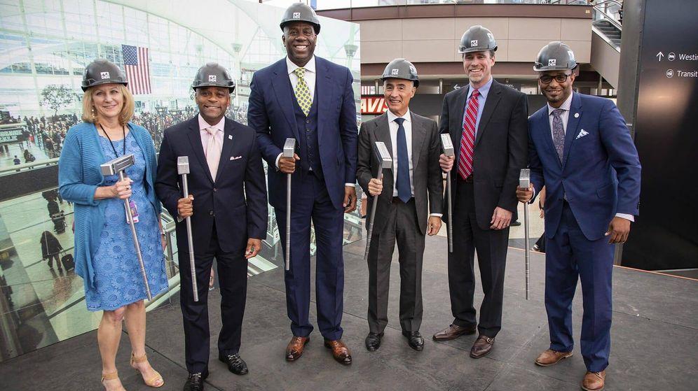 Foto: Magic Johnson y Rafael del Pino, en el centro de la imagen, en la inauguración de las obras del aeropuerto de Denver.