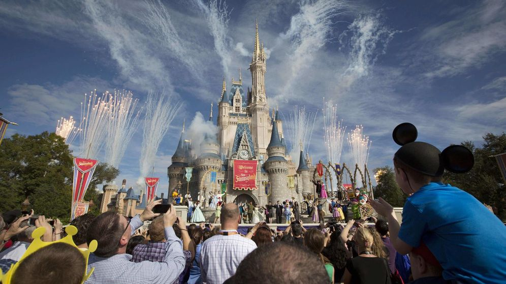 Foto: File of fireworks going off around Cinderella's castle during the grand opening ceremony for Walt Disney World's new Fantasyland in Lake Buena Vista, Florida