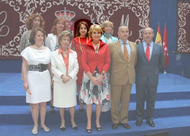 Foto: Esperanza Aguirre, junto a su hermana Cristina (vestida de rojo, en segunda fila) y el resto de su familia.