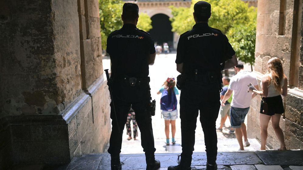 Foto: Dos agentes de la Policía Nacional. (EFE)