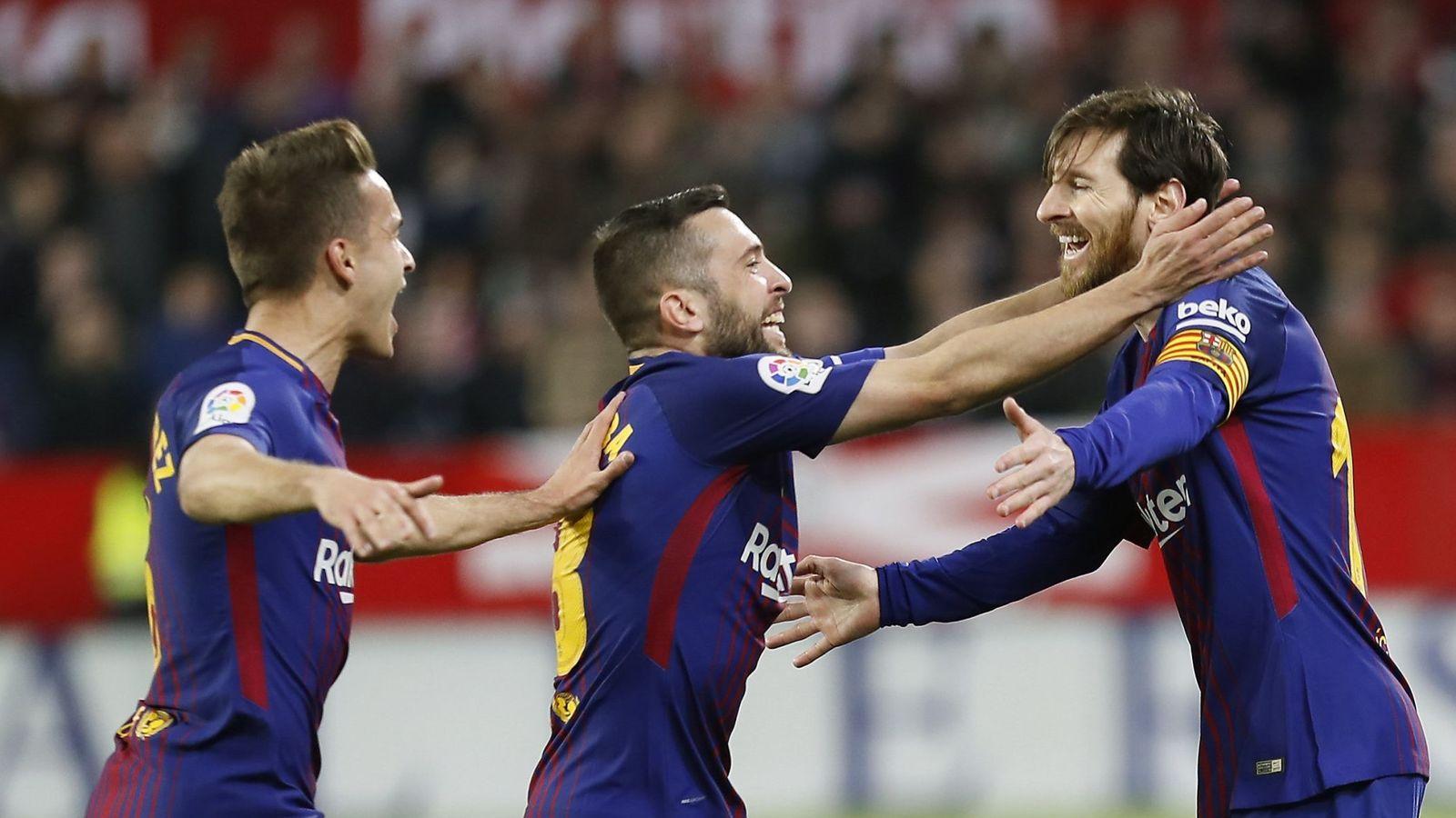 Foto: Denis Suárez y Jordi Alba celebran con Messi el 2-2 en el Sevilla-FC Barcelona. (EFE)