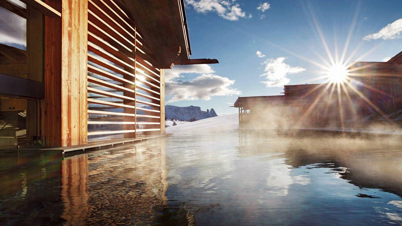 Foto: Imagen de la piscina exterior con agua caliente del Adler Mountain Lodge, en el Alpe de Siusi, con una espectacular vista a Los Dolomitas.