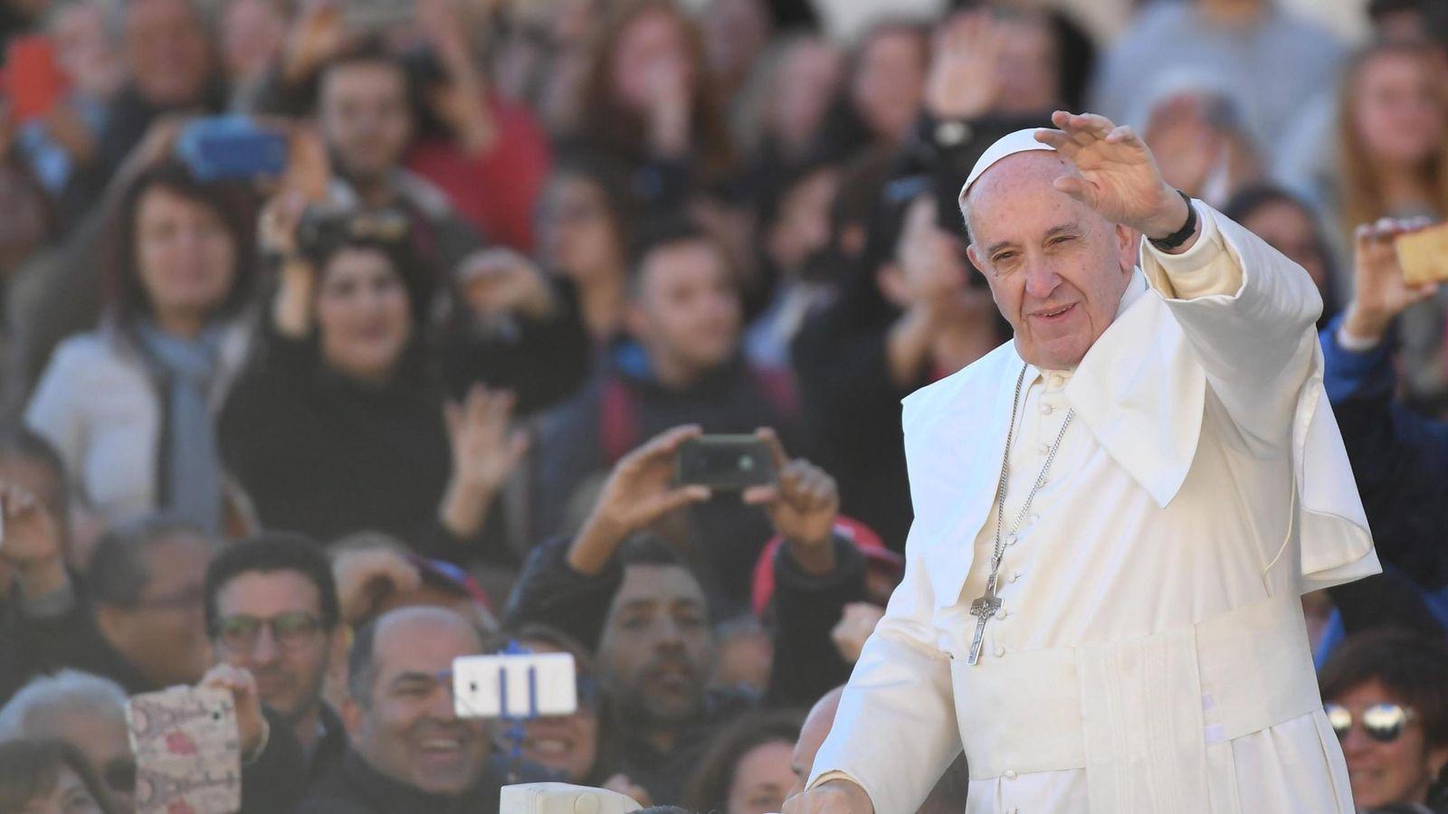 Foto: El Papa Francisco saluda a los fieles (Efe).