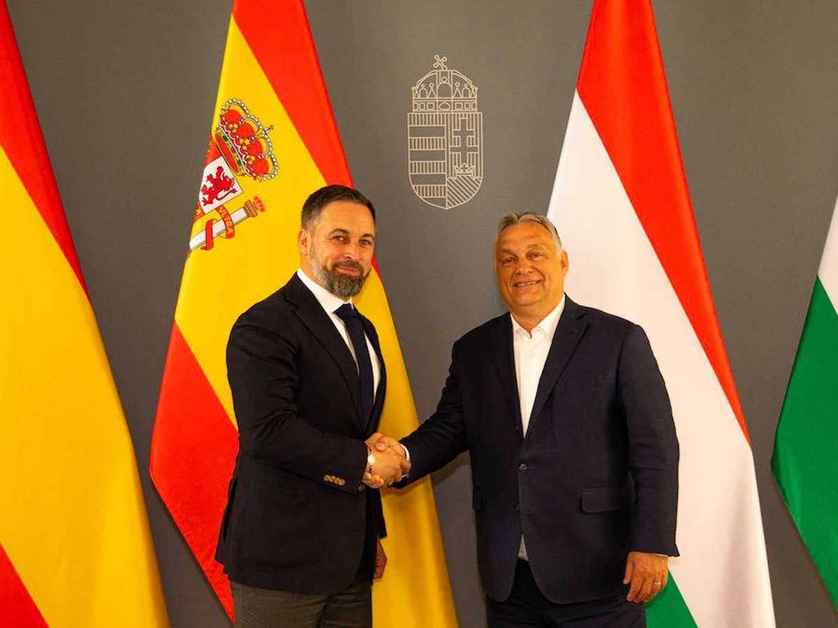 Foto: El líder de Vox. Santiago Abascal (i), saluda al primer ministro de Hungría, Viktor Orban, en Budapest. (Vox)