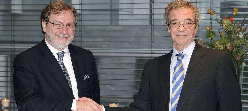 Foto: El presidente de Telefónica, César Alierta (i), estrecha la mano al presidente de Prisa, Juan Luis Cebrián. (EFE)