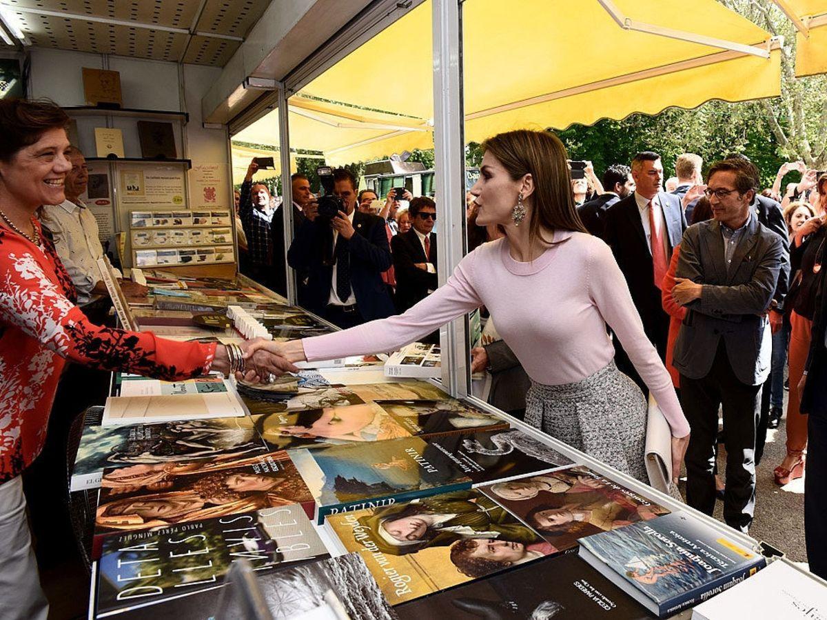 Foto: La reina Letizia, en una edición anterior de la Feria del Libro. (EFE)