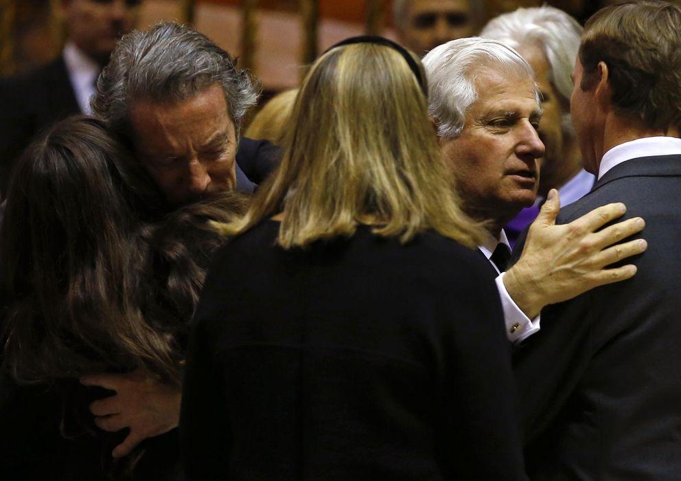 Foto: Alfonso Díez se abraza con Tana, la nieta de Doña Cayetana, tras el funeral de Sevilla (Gtres)