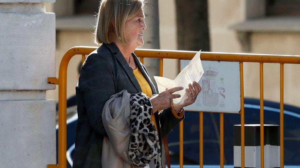 Foto: La expresidenta del Parlament. Núria de Gispert, a su llegada esta tarde al Tribunal Supremo. (EFE)