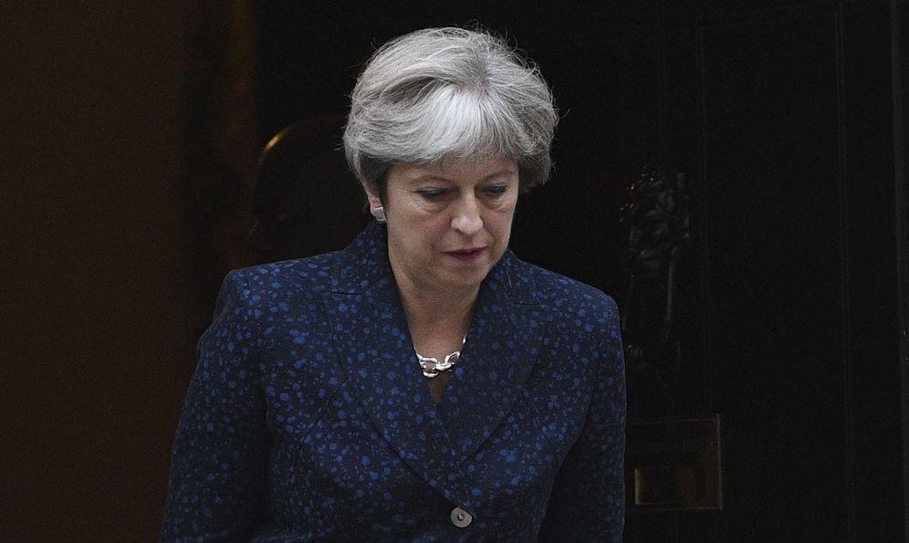 Foto: La primera ministra británica, Theresa May, abandona su residencia en el número 10 de Downing Street en el centro de Londres. (EFE)