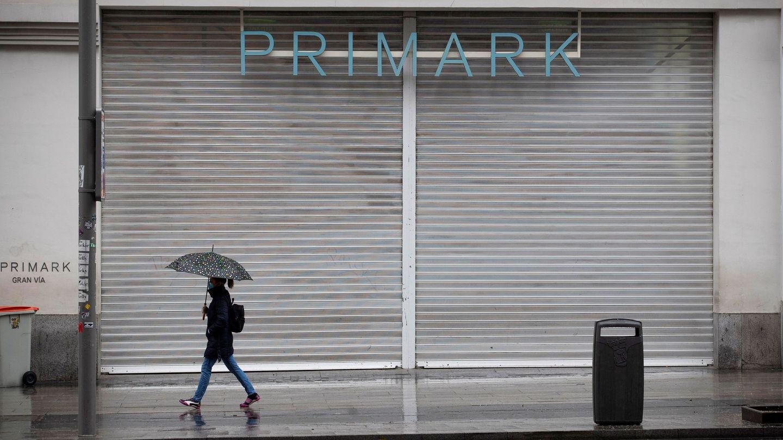 Una mujer pasa ante una tienda de ropa ubicada en la Gran Vía de Madrid. (EFE)