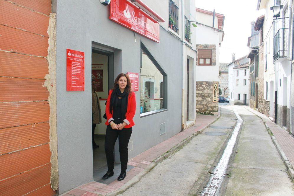 Foto: Marta I. Martínez, agente colaboradora del Santander, en la puerta de su oficina en Poyales del Hoyo. (A. V.)