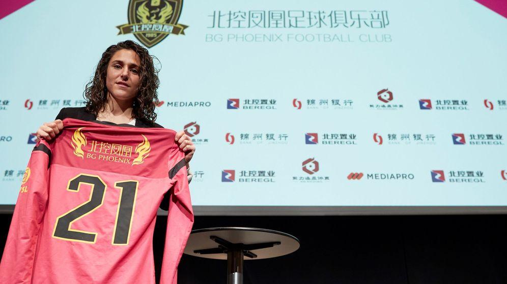 Foto: Verónica Boquete con su camiseta del BG Phoenix. (EFE)