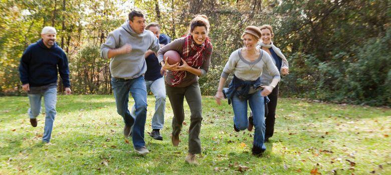 Foto: Practicar un deporte de equipo con los amigos es una forma divertida de hacer ejercicio. (Corbis)