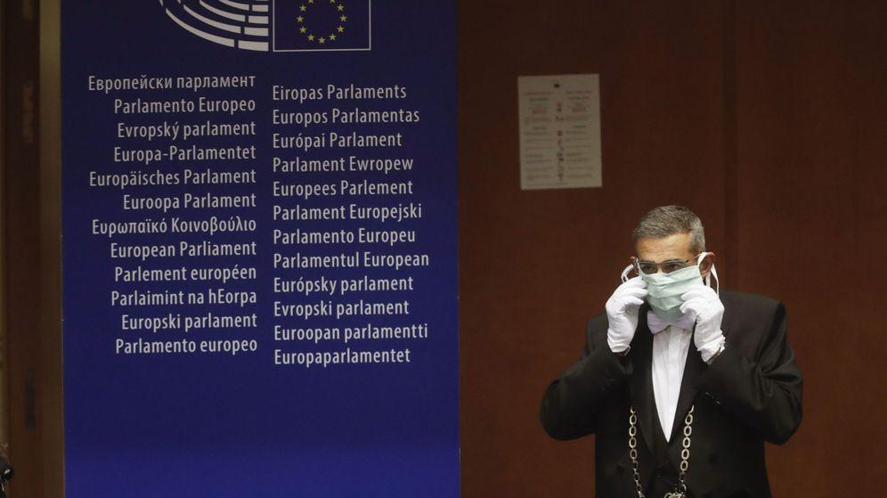Foto: Un trabajador del Europarlamento luce una mascarilla durante una votación de la Cámara. (EFE)