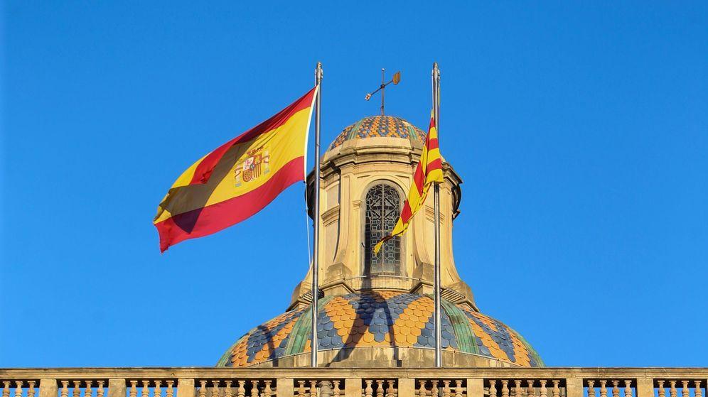 Foto: La señera y la bandera de España ondean en el Palau de la Generalitat, en octubre de 2017. (EFE)