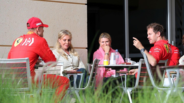 Mick, Corinna y Vettel en una terraza durante el descanso de los test. (Reuters)