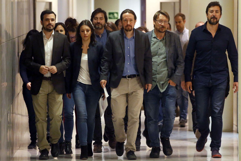 Foto: Pablo Iglesias, rodeados de los portavoces de Unidos Podemos, dirigiéndose a la rueda de prensa en el Congreso. (EFE)
