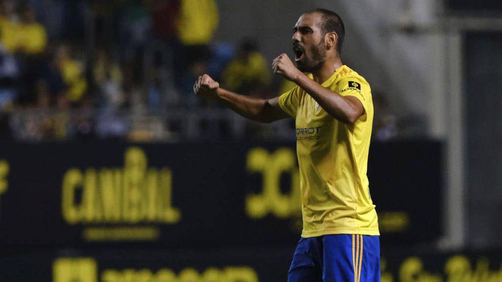 Foto: Fali celebra un gol durante un partido del Cádiz. (EFE)