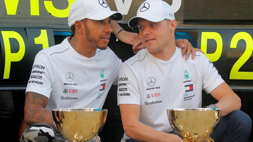 Foto: Hamilton y Bottas durante la celebración con la escudería. (REUTERS)