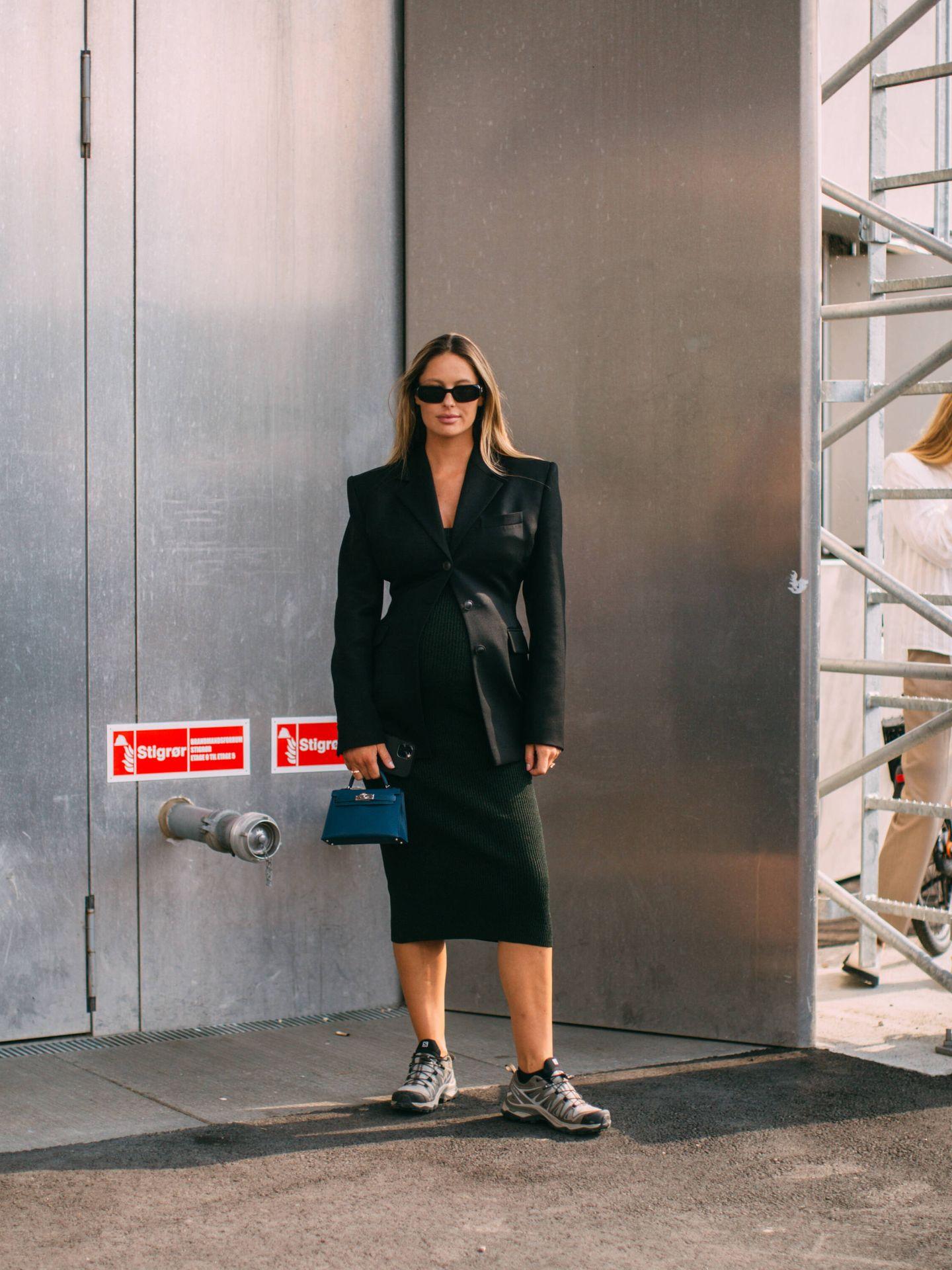 Un look negro con zapatillas. (Imaxtree)