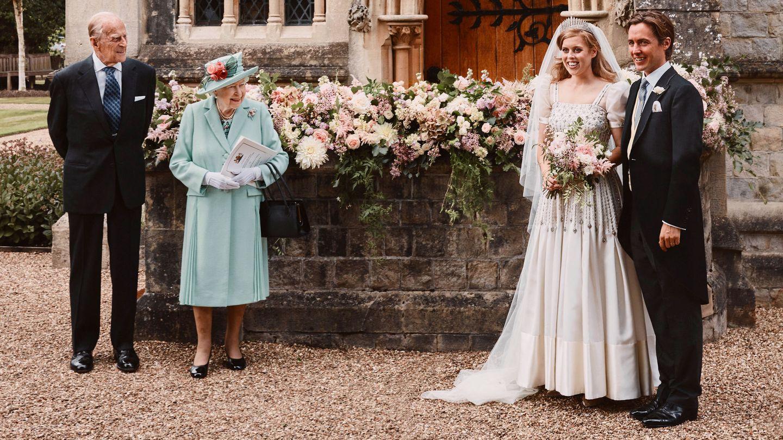 Los novios con Isabel y el duque de Edimburgo. (Reuters)