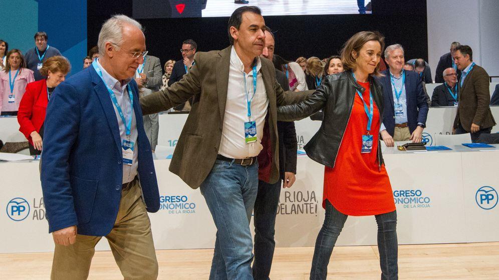 Foto: Fernando Martínez-Maillo acompaña a Cuca Gamarra y a José Ignacio Ceniceros. (EFE)