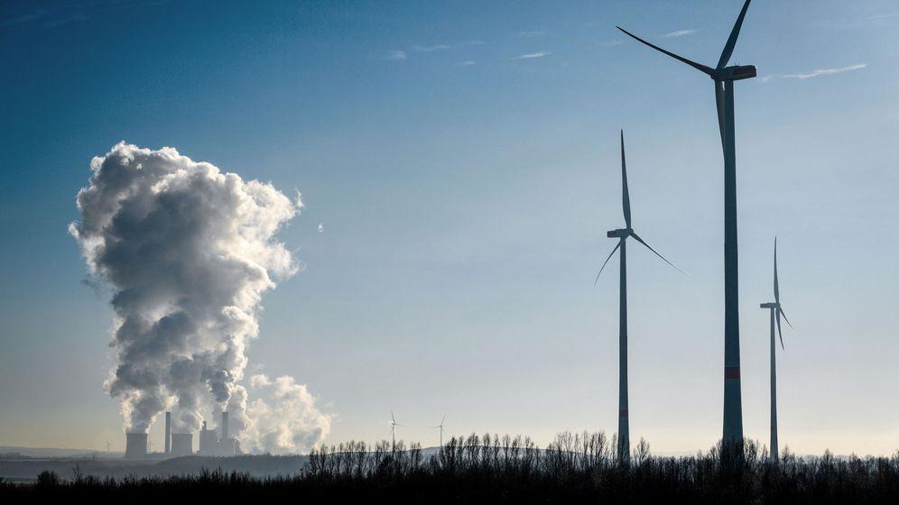 Foto: Planta eléctrica y molinos de viento. (EFE)