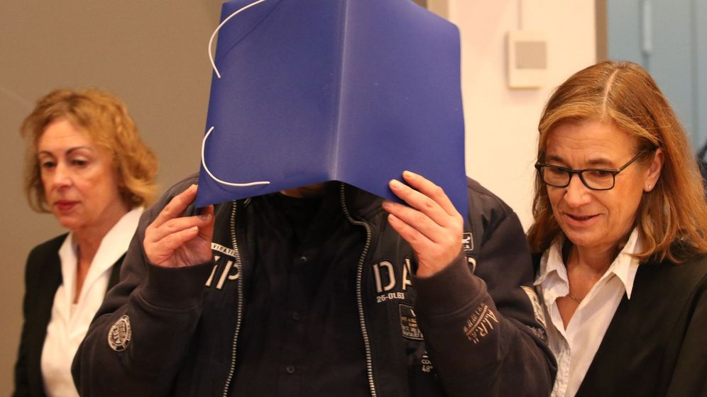 Foto: El enfermero Niels Högel se cubre el rostro al entrar en la sala de los juzgados de Oldemburgo en Alemania. (EFE)