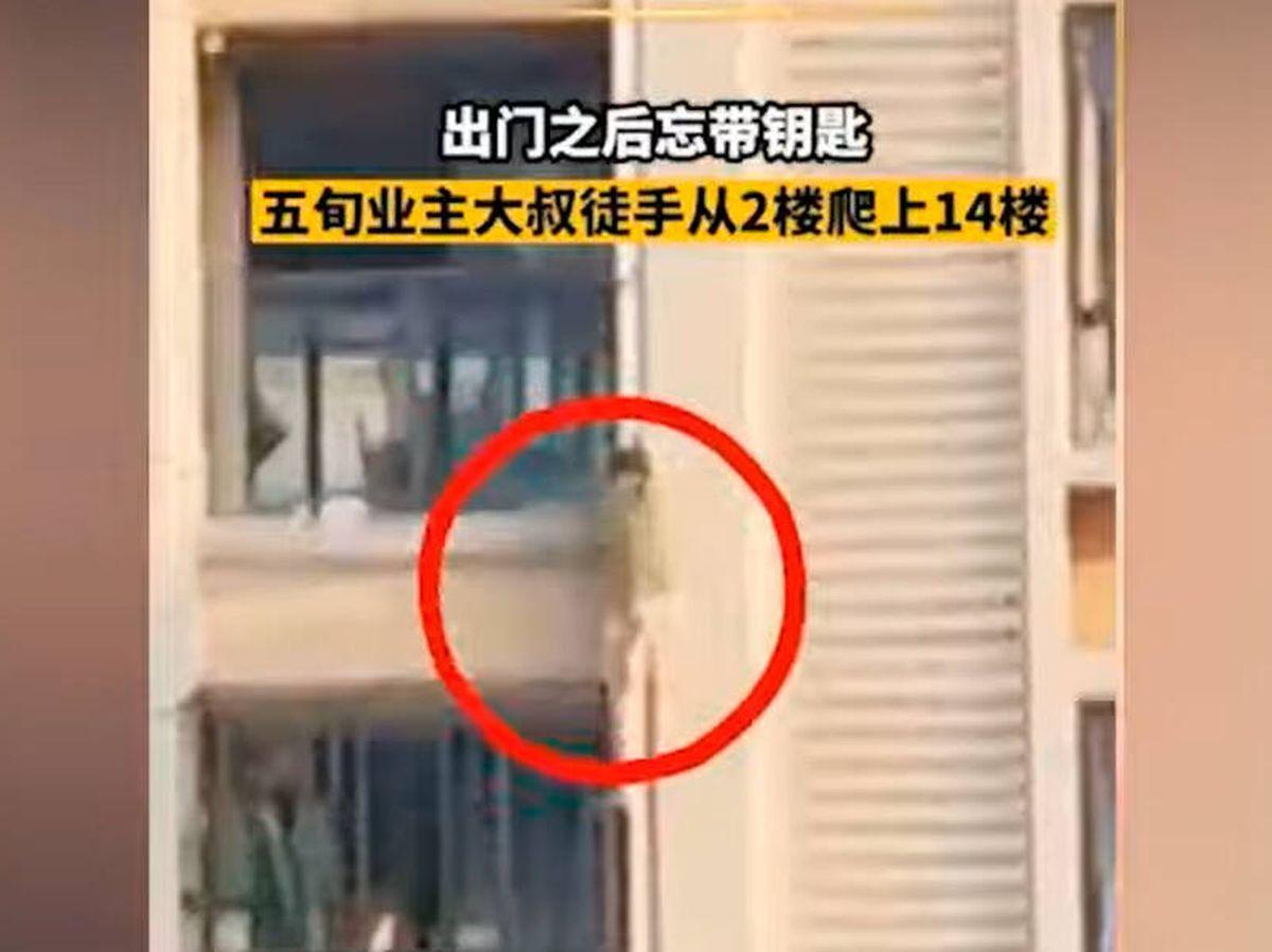 Foto: El hombre subió agarrándose a las tuberías y descansando en los balcones (YouTube)