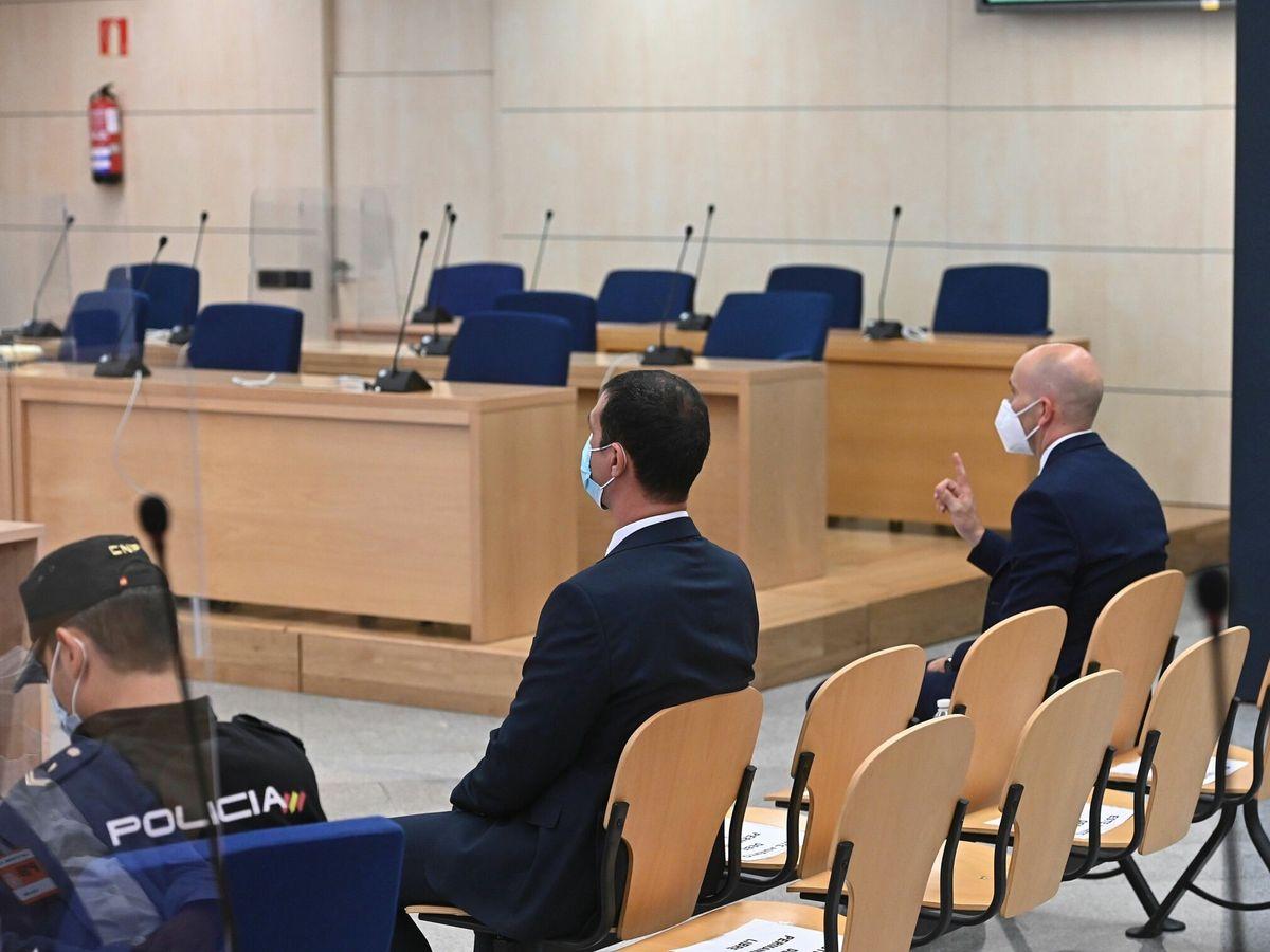"""Foto: Los dos mossos d""""Esquadra que acompañaban al expresidente de la Generalitat Carles Puigdemont, el pasado 6 de julio. (EFE)"""