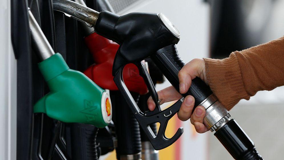Foto: Un consumidor se prepara par aponer gasolina. (Reuters)
