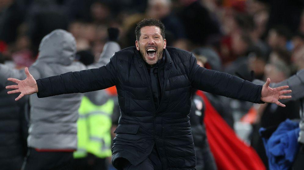 Foto: Simeone celebra la victoria del Atlético de Madrid en Anfield. (Reuters)