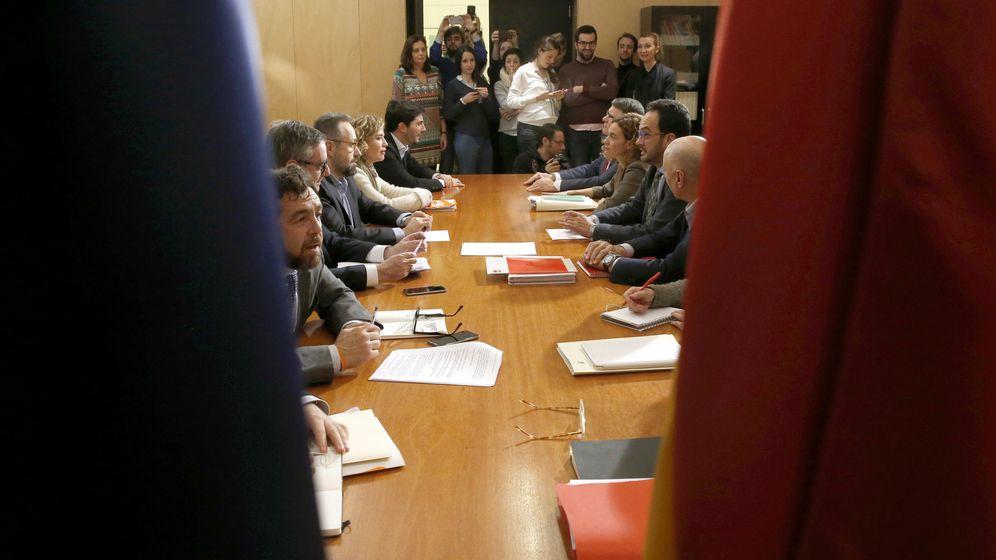 Foto: Reunión de los equipos negociadores de PSOE (a la derecha) y Ciudadanos, este 17 de febrero en la sala Martínez Noval del Grupo Socialista en el Congreso. (EFE)