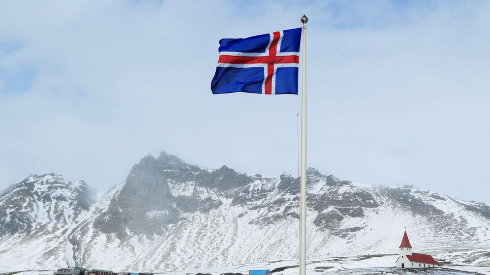 Foto: Bandera nacional de Islandia y una pequeña inglesia en Vik, Islandia (Reuters)