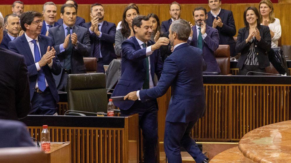 Foto: El presidente andaluz, Juanma Moreno (c), junto al vicepresidente Juan Marín (i), y el grupo parlamentario popular, felicitan al consejero de Hacienda, Juan Bravo. (EFE)