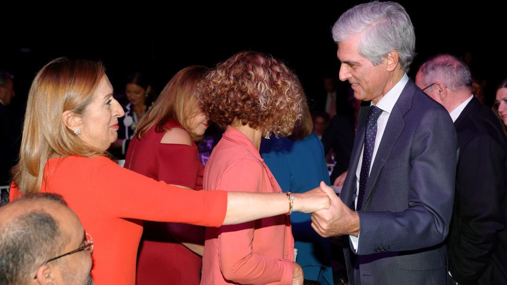 Foto:  La expresidenta del Congreso de los Diputados y exministra de Sanidad y Fomento Ana Pastor (i) saluda al diputado popular Adolfo Suárez Illana. (EFE)