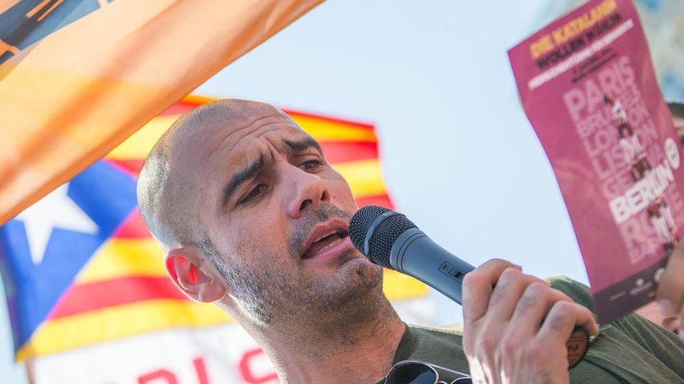 Foto: Josep Guardiola, leyendo un comunicado a favor de la independencia en un acto en Berlín. (EFE)