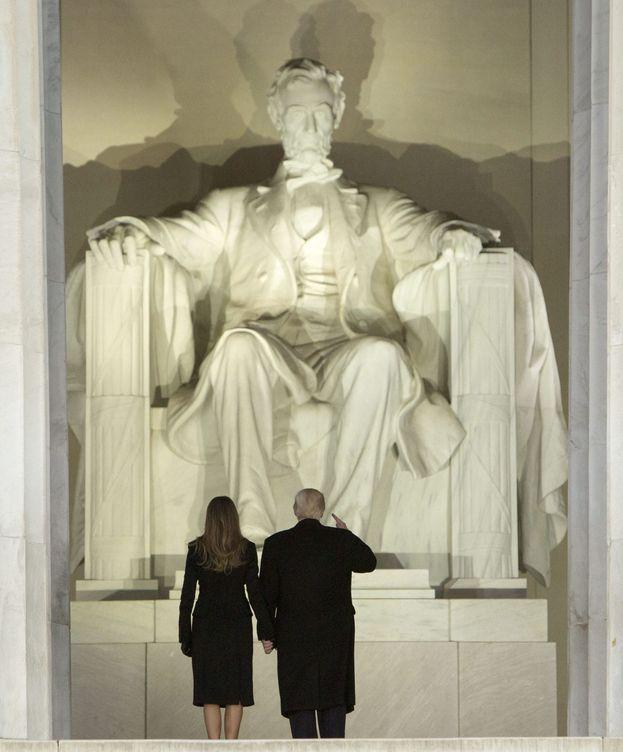 Foto: El presidente electo de EE.UU. Donald J. Trump (d) y la entrante primera dama Melania Trump (i) llegan al 'Concierto de Bienvenida Hacer Grande a América Otra Vez' hoy, jueves 19 de enero. (EFE)