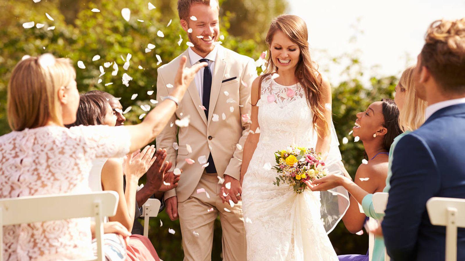 Foto: La potente industria de confirmar tu amor en público. (iStock)