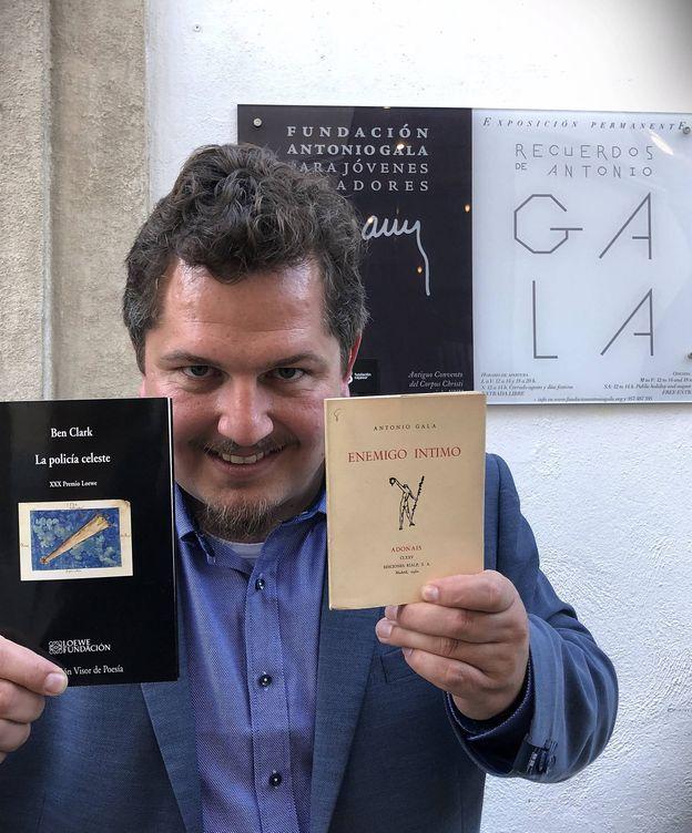 Foto: Ben Clark posando con 'La policía celeste' y con 'Enemigo íntimo' en abril de 2018, en Córdoba, en la puerta de la Fundación Antonio Gala (Agustín Rivera).