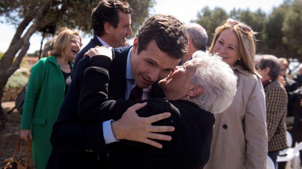 Foto: El presidente del Partido Popular, Pablo Casado, saluda a una simpatizante durante un acto electoral. (EFE)