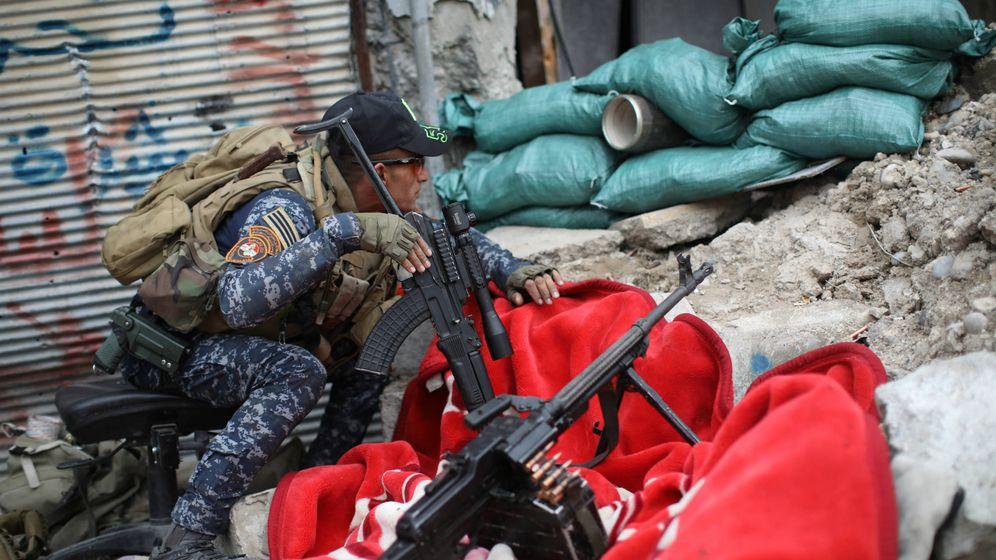 Foto: Un miembro de la policía federal iraquí observa las posiciones del ISIS, en el oeste de Mosul, el 11 de abril de 2017. (Reuters)