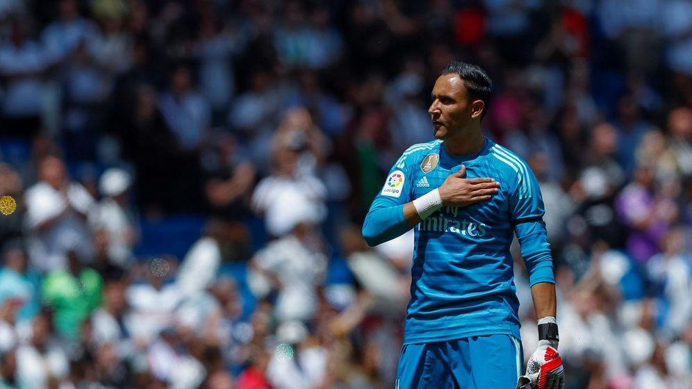 Foto: Keylor Navas se despide de la afición del Bernabéu en el partido de Liga contra el Betis. (Efe)