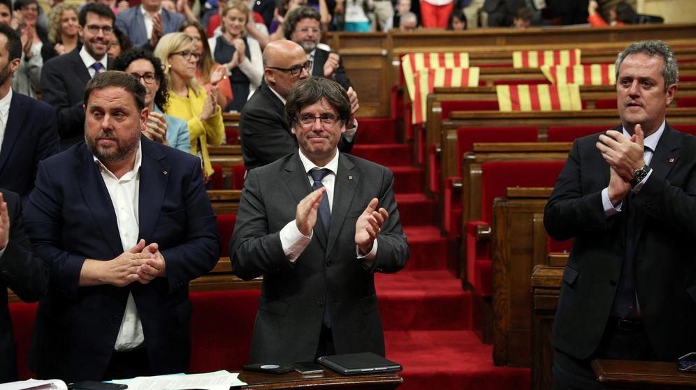 Foto: El presidente de la Generalitat, Carles Puigdemont (c), y su Gobierno celebran la aprobación de la ley del referéndum con los escaños vacíos de PSC, Ciudadanos y PPC. (Reuters)