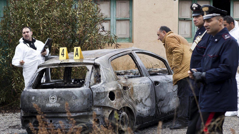 La Policía forense busca pistas en el coche donde se encontraron los tres cuerpos (Efe).